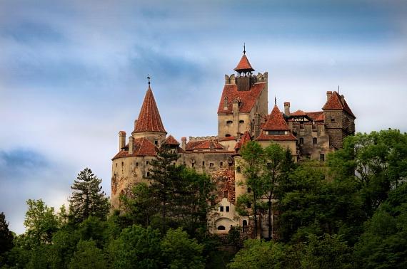 A Törcsvári-szoros előtt magasodó kastély a turisták kedvence, ugyanis Vlad Tepes, vagyis Drakula gróf egyik otthonának tartják, akihez legendák sokasága fűződik, és számos filmet ihletett. A gyönyörű kastély ma múzeumként működik, helyiségeiben állandó kiállítás tekinthető meg, melynek látnivalóit a román királyi család emléktárgyai alkotják.