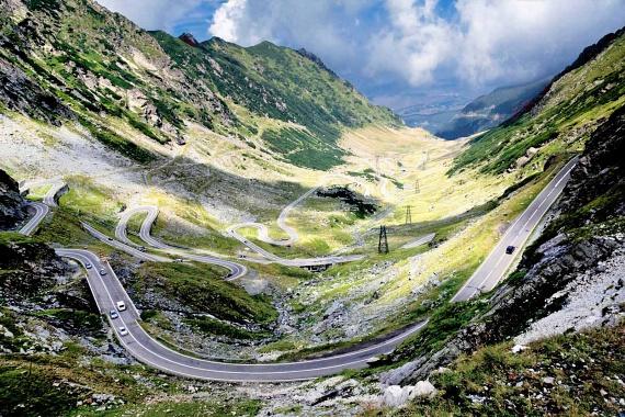 A transzfogarasi hegyek vadregényes, bámulatos hosszúságban elnyúló tája mindenkit elvarázsol, a mellette haladó országúton pedig igazi élmény a vezetés, ugyanis az a hegyek és a festői táj között kanyarog, páratlan látványt nyújtva.