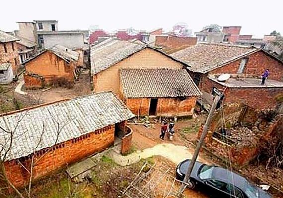 A dél-kínai Jiangxi tartomány Xinyu városában nevelkedő, az acéliparban érdekelt üzletember úgy döntött, a városka lakóinak visszafizeti mindazt a kedvességet, amit tőlük kapott. Ilyen volt a városrész az építkezés előtt.