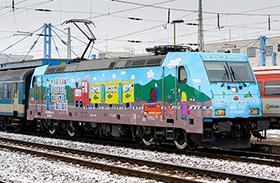 Új mozdony gyerekrajzokkal