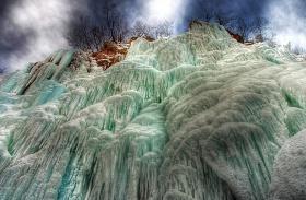 Plitvicei-tavak fagyott vízesések