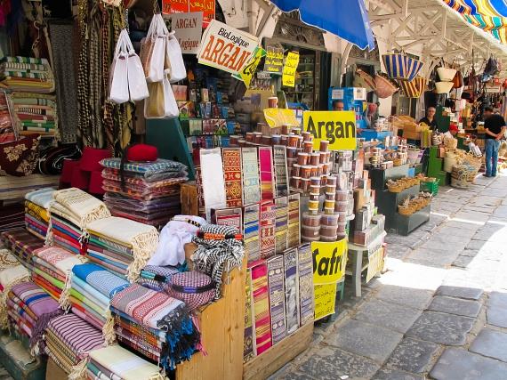 Tunisz óvárosában nagyon látványos és színes esemény a piac is, melyen a temérdek szuvenír mellett rengeteg zöldséget, gyümölcsöt, valamint fűszereket és olajakat vásárolhatnak az érdeklődök, de a földközi-tengeri halak piaca is különös élményt nyújt, így szinte kihagyhatatlan azok számára, akik igazán szeretnének megismerkedni az ország kultúrájával.
