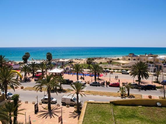 Hammamet lélegzetelállító tengerpartjának köszönhetően a turisták legnépszerűbb úti célja. Modern városnegyedét, Yasmine Hammametet hangulatos sétánya, mozgalmassága és temérdek szórakozási lehetősége teszi igazán vonzóvá. Óvárosa labirintusszerű, szűk utcáival szintén nagyon érdekes látványosság.