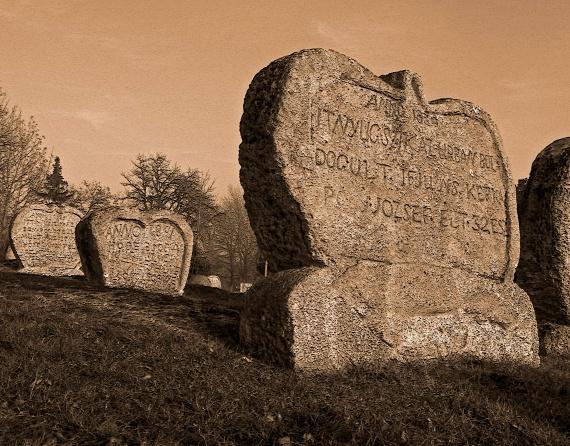 Egy furcsa temetési szokásUgyanakkor nem csupán ez a monda maradt fönn a sírokról. Azt tartják, hogy ez a furcsa találmány egy falusi ezermesterhez köthető. Ez a különös szerzet ugyanis egészen egyszerűen megunta, hogy minden temetés és sírkő teljesen egyforma, és egy rendkívüli ötlettel állt elő: azt javasolta, hogy a sírköveknek faragjanak lábakat, amelyet a megszokott fejfa helyére leszúrhatnak a sír fölötti földbe, ami pedig kilátszódik a földből, legyen szív alakú, szimbolizálva az elhunyt ember kővé változott, ám örökké fennmaradó szívét. A szokatlan ötletből később kialakult ez a mesebeli, szép hagyomány a temetéseken.