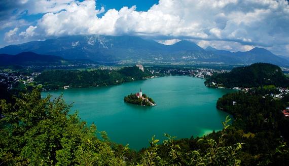 Mesebeli Bledi-tóA Júliai-Alpok festői szépségű tava nagy turisztikai attrakciónak számít Szlovéniában. A hatalmas hegyek és érintetlen erdők által határolt tavat a középkori Bledi vár őrzi az északi partról, sőt, a közepénmég egy kis sziget is található, amelyen egy zarándoktemplom épült Szűz Mária mennybemenetelének tiszteletére.