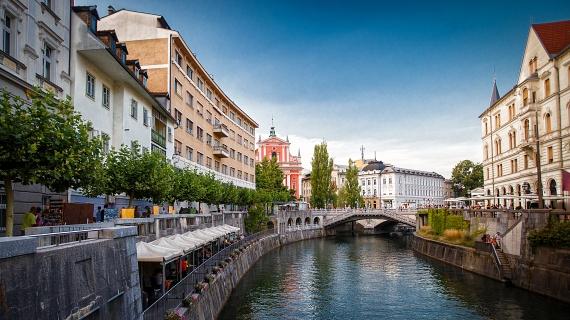 Sokszínű LjubljanaA főváros utcáit a természeti katasztrófák, földrengések több alkalommal romba döntötték, az újjáépülésnek köszönhetően azonban vegyes és izgalmas kép tárul a látogatók elé, főként az eklektikus, szecessziós és barokkos elemek keveredése miatt. Az utcaképet egyszerre határozzák meg a szláv és a balkán vonások, ez pedig legfőképp Jóźe Plećnik, Prágában is tevékeny építész terveinek köszönhető.