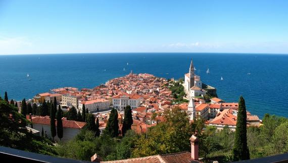 Piran, a partra csúszott városA mélykék tengerpart felé nézve joggal tűnhet úgy, mintha a kisváros házikói egyszerűen kicsúsztak volna az egyébként sem terjedelmes méretű félsziget csücskébe. A part közelsége meghatározó az olasz Trieszt környéki városok építkezésében, erős balkáni hangulatot adva ezzel a szlovén Adriának.
