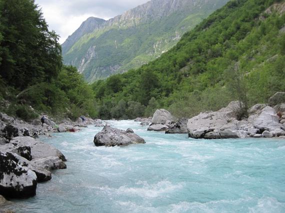 Rafting az Isonzó folyónSzlovénia azok számára is felejthetetlen élményt nyújt, akik a tengerparti pihenés helyett valami egészen vad kalandra vágynak. Földrajzi adottságainak köszönhetően ugyanis több folyója alkalmas terepet jelent a raftingolásra, ezért az arra kapható, 18. évüket betöltött, és a további feltételeknek is megfelelő turisták folyamatosan szervezett túrákban vehetnek részt. Gyermekes családok pedig könnyű terepen próbálhatják ki a vadvízi evezést.