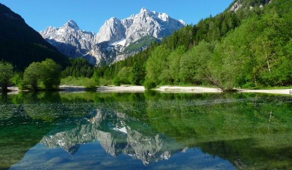 Trigláv Nemzeti ParkA Bled-környéki Alpokban található Szlovénia egyetlen, ám annál csodálatosabb nemzeti parkja, melynek kellős közepén az ország legmagasabb hegycsúcsa, a meredek völgyek által szegélyezett Triglav áll. Igazi alpesi hangulatba kerülhetsz, ha erre jársz: az érintetlen táj, a zöldellő legelők, az autentikus parasztgazdaságok, a kristálytiszta hegyi patakok és tavak, valamint a vadregényes szurdokok révén egy mesebeli világba csöppenhetsz.