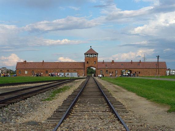 Az auschwitzi koncentrációs táborban több mint egymillió ember vesztette életét, helyén ma emlékmúzeum működik, ahol a népirtás szörnyű bizonyítékait - az áldozatoktól elvett tárgyakat, dokumentumokat és fényképeket - is meg lehet tekinteni.