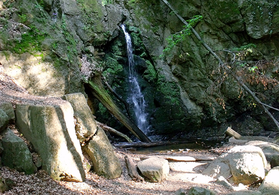 Hazánk legnagyobb természetes vízesése a 10 méteres szintkülönbséggel bíró Ilona-völgyi vízesés, amely a Mátrában, Parádfürdőtől néhány kilométerre található. Bár máskor is csodaszép, őszi esők után különösen gyönyörű lehet.
