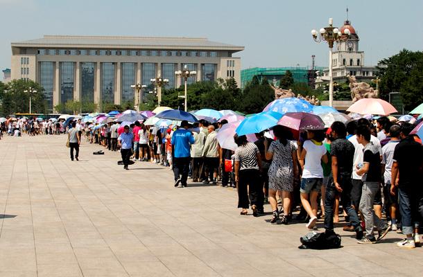 Rendszerint hosszú sorok kígyóznak Mao Ce-tung mauzóleuma előtt