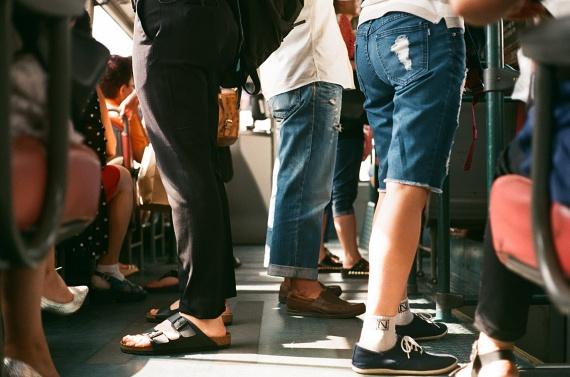 A zsebtolvajok különösen kedvelik a tömeget, amikor könnyen és feltűnésmentesen hozzáférhetnek a pénztárcádhoz, a mobilodhoz, vagy bármi nekik tetszőhöz. Ha a buszról szállsz le, vagy egy zsúfolt tömegközlekedési eszközzel utazol, mindenképpen húzz be minden cipzárt, ne könnyítsd meg a dolgukat, ne húzogasd ki a telefonodat látványosan a zsebedből, a táskát pedig vedd magad elé!
