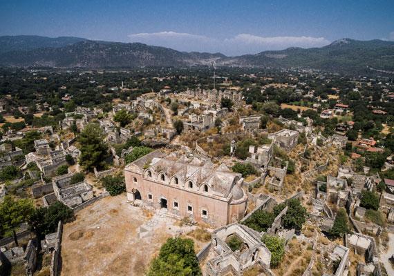 A török város egy korábbi település romjain épült a 18. században. Virágzó közössége volt, melynek görög keresztény lakói elsősorban kézművességgel foglalkoztak.