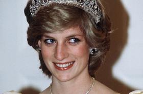 Gyönyörű menyasszony volt Diana keresztlánya! Károly herceg kísérte oltárhoz