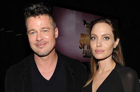 Angelina Jolie Brad Pitt fenekébe csípett