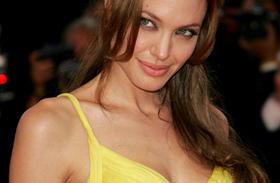 Angelina Jolie meztelenül