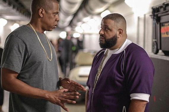 Jay-Z-t felesége koncertje előtt kapták lencsevégre, barátjával DJ Khaleddel. Jól látható, hogy az ő kezéről is eltűnt az aranykarika.