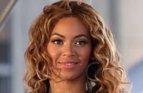 Beyoncé melltartó nélkül
