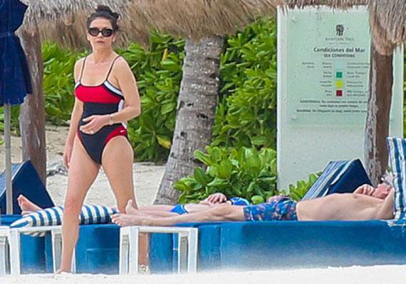 Catherine Zeta-Jones egy piros-kék-fehér színű fürdőruhában mutatta meg az Atlanti-óceán partján, milyen remek formában van.