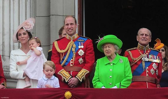 Katalin hófehér kabátruhában, II. Erzsébet fűzöld színű kosztümben jelent meg a légi bemutató alatt. A bámészkodó tömeg nem csak a királynő meghökkentő ruháját, de tündéri dédunokáit is szemügyre vehette.