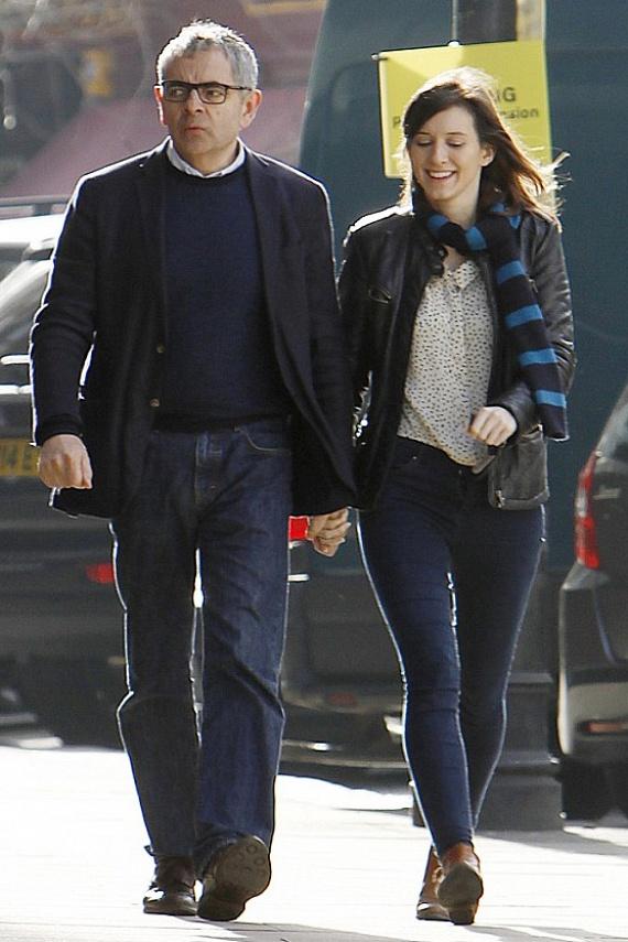 Rowan Atkinson 24 évnyi házasságot dobott el 30 évvel fiatalabb szerelme kedvéért, akivel azóta összeköltöztek, és már az esküvőt tervezgetik.