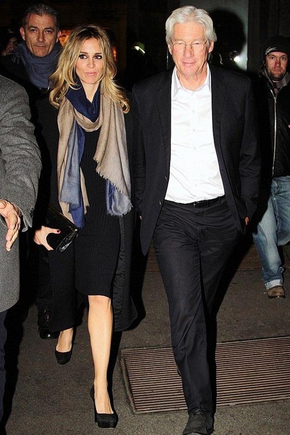 Richard Gere és Alejandra Silva között is 34 év van. Sokáig titkolták kapcsolatukat, de a színész tavaly a Time out of Mind című film madridi premierjén hivatalosan is bemutatta szerelmét a sajtónak.