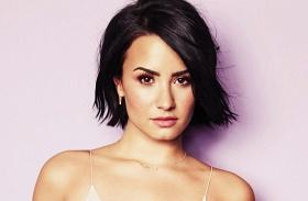 Demi Lovato melltartó nélkül