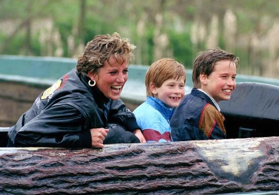 Diana szerette volna, ha fiai normális életet élnek, így amikor találkozhatott velük, mindig valami szokatlan programot talált ki nekik. Itt éppen Disneylandben bohóckodnak a vízicsúszdán.