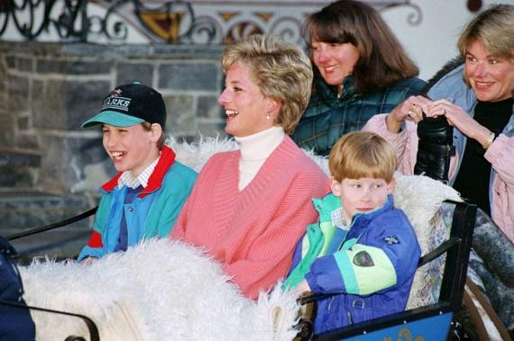 Azelőtt a kis trónörökösök élete zárt ajtók mögött zajlott, Diana azonban nem szerette volna, ha fiai burokban nőnek fel, így gyakran szervezett olyan programot nekik, amit az átlagos gyerekek is csinálnak.
