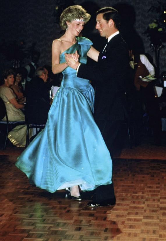 Diana hercegnő híres volt rizikós húzásairól a divat tekintetében. Ezen a fotón például a nyakláncát tiaraként tette a fejére - ami miatt kapott is Erzsébet királynőtől, ugyanis tőle kapta nászajándékba a nyakéket.
