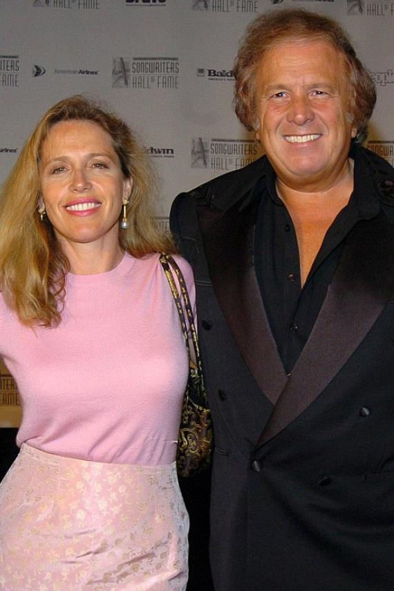 Don McLean arra kérte egykori rajongóit, hogy ne ítéljék el, és ne tekintsenek rá főgonoszként, hiszen - ahogy a BBC riporterének elárulta - éppen elég fájdalom neki, hogy 30 év után búcsút kell intenie élete nagy szerelmének. Felesége nem nyilatkozott, csak örült, hogy végre pontot tehetett az ügy végére.