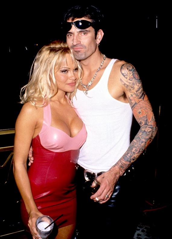 Tommy Lee Jones 1998-ban esett neki feleségének, Pamela Andersonnak. A Baywatch sztárja azonnal beadta a válókeresetet, Tommy Lee pedig fél évet töltött a rácsok mögött.