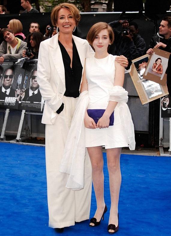 Bella 12 éves kora óta aktív résztvevője a vörös szőnyeges eseményeknek - itt éppen a Men in Black című film premierjén pózol édesanyjával.
