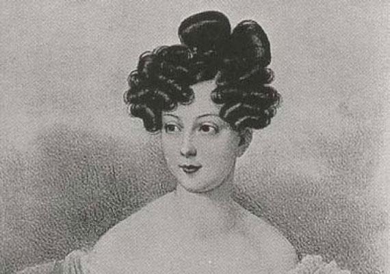 A királynő ereiben magyar vér is csörgedezik, egyik ükanyja, Rhédey Klaudia - képünkön - magyar volt. Apai nagyanyjának, Teck Máriának apai nagyanyja volt Rhédey Klaudia erdélyi grófnő.