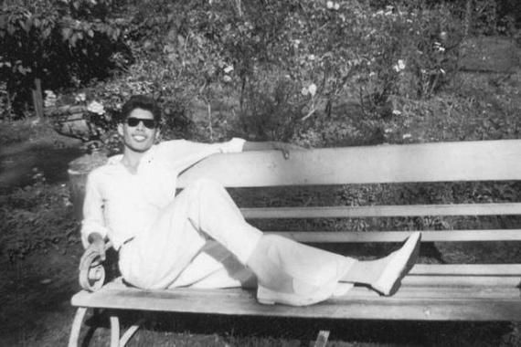 Huszonévesen készült róla ez a fotó, amin egy padon fekve pihenget, még mielőtt a család Angliába költözött a zanzibári lázadás kitörésekor.