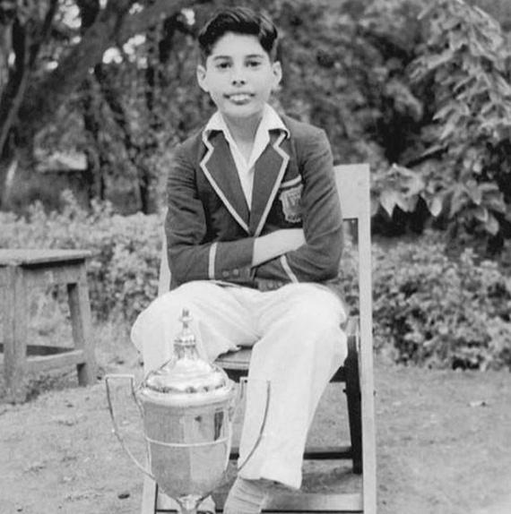 Amennyire extravagáns életet élt később, az énekes gyerekkora a végletekig tradicionálisan zajlott. Ezen a fotón már általános iskolásként pózol - a kupát azért kapta, mert ő volt a legjobb tanuló az egész évfolyamán.