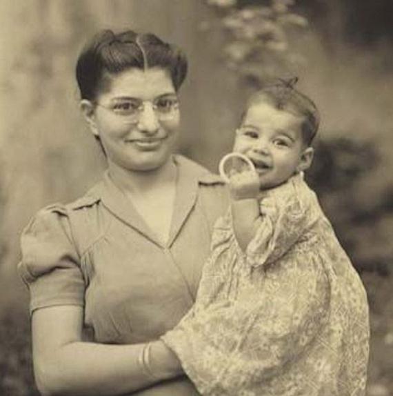 Ezen a képen édesanyjával látható, alig pár hónaposan. Freddie Mercury mindig nagy tisztelettel beszélt róla, élete két legfontosabb nőjét - anyját és húgát - tartotta a legnagyobb példaképeinek.