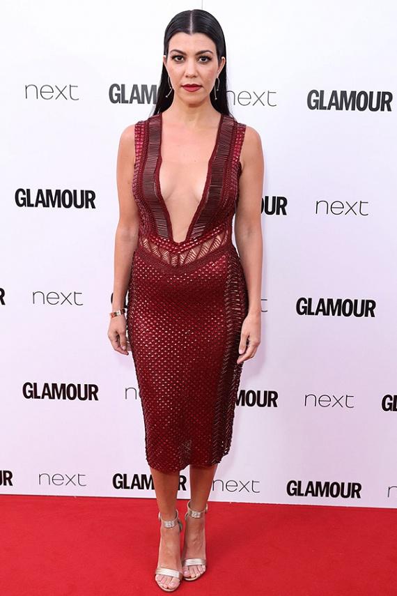 Kourtney Kardashian szörnyen előnytelen ruhátt választott a gálára: ebben a vörös estélyiben úgy tűnik, mintha pocakos lenne - ráadásul melltájékon sem kifejezetten előnyös.