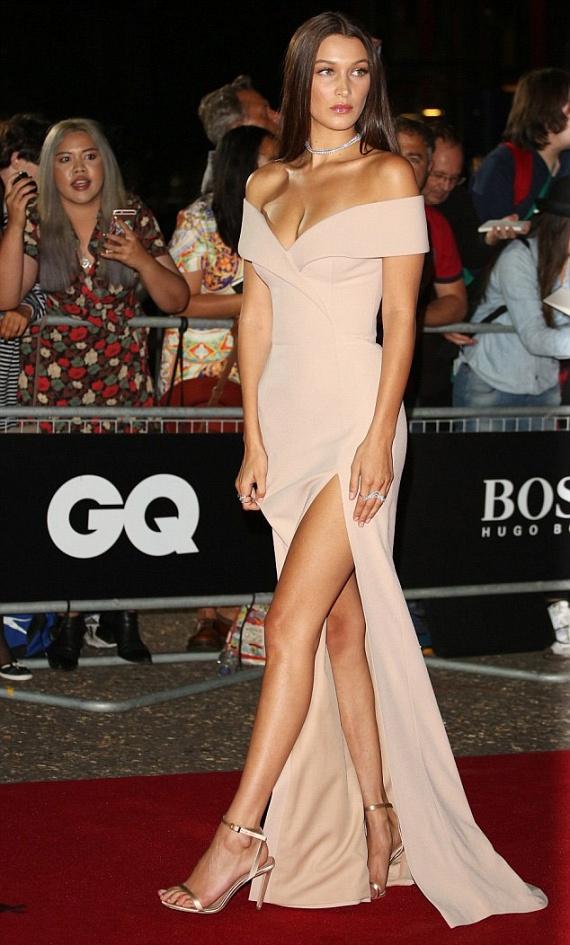 A 19 éves modellüdvöske, Bella Hadid magasan felsliccelt és mélyen kivágott estélyiben érkezett a partira. Nemcsak az est legszebbjének, de még az év modelljének is megválasztották.