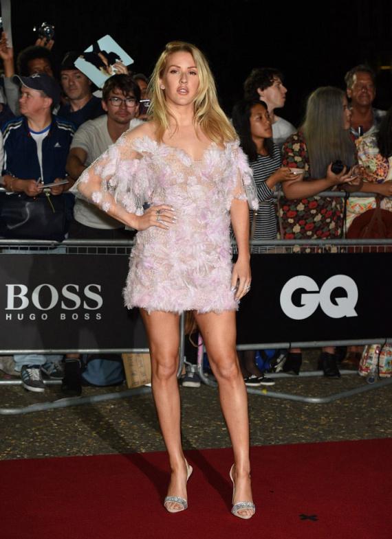A Love Me Like You Do énekesnője, Ellie Goulding egy teljesen áttetsző miniben toppant be a partira: csupán néhány toll és virágdísz takart belőle valamit.