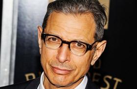 Jeff Goldblum barátnőjét eljegyezte
