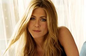 Jennifer Aniston félmeztelenül napozik