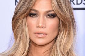 Jennifer Lopez széttett lábakkal
