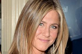 Jennifer Aniston melltartó nélkül Torontóban