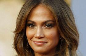 Jennifer Lopez fehér ruhában hódított