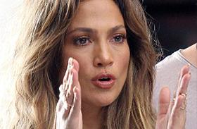 Jennifer Lopez kivágott ruha melltartó nélkül
