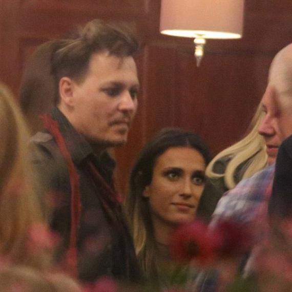A színész kedvéért zárás után is nyitva tartott a hotel bárja, így aztán hajnal kettőig ott iszogatott a rejtélyes szépséggel.