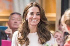 Katalin hercegné Cornwall púderszínű ruha