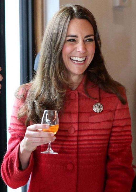 Egy skót whiskyfőzőbe is ellátogatott a hercegi pár, ahol Katalin személyesen is letesztelte a híres márka termékeit - így már érthető a széles mosoly az arcán.